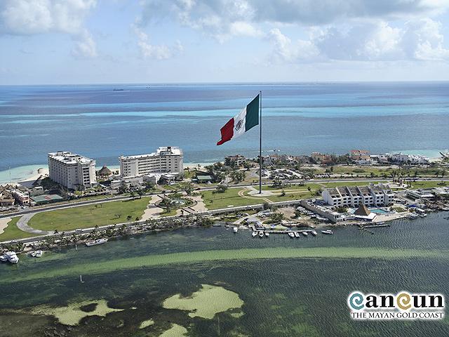 Bandera Monumental en Cancún