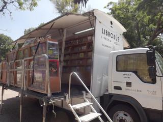 A bordo, el Librobús ofrece hasta 4,000 libros