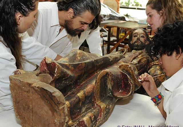 Especialistas del INAH hallan documentos en esculturas religiosas