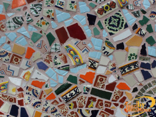 Acercamiento a un mural de mosaico de Natasha Moraga