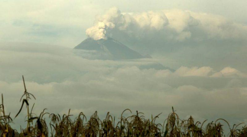 El volcán Popocatépetl tuvo actividad y emitió material incandescente y ceniza.