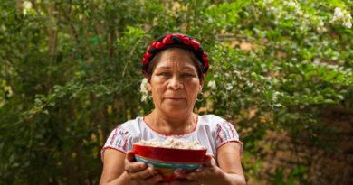 El tejate es una bebida tradicional de San Andrés Huayapam, Oaxaca. En la imagen Lucrecia Ruíz, tajetera tradicional. Foto de Salvador Cueva.
