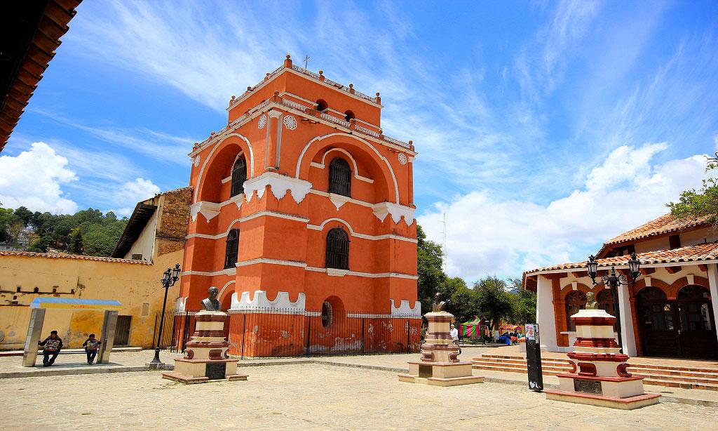 Iglesia y arco torre del carmen san cristobal de las for Atrio dentro casa