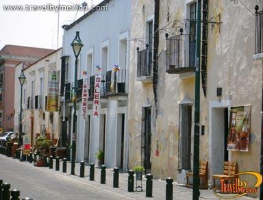 Callej n de los sapos puebla travel by m xico - Fachadas antiguas de casas ...