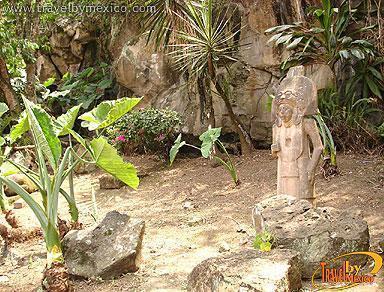 sus jardines estn adornados por algunas rplicas de esculturas