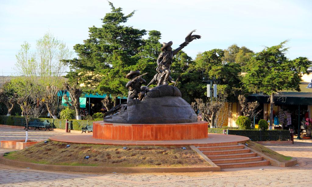 Vista de una estatua de la Toma de Zacatecas en el Cerro de la Bufa